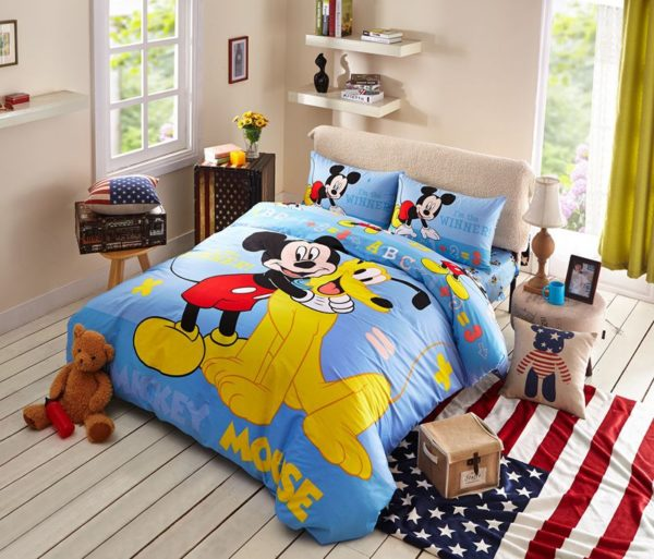 Mickey Mouse and Pluto the Pup Bedding Set 1 600x513 - Mickey Mouse and Pluto the Pup Bedding Set